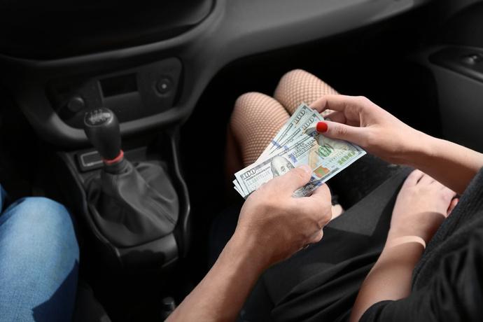 Prostituierte nimmt Geld an